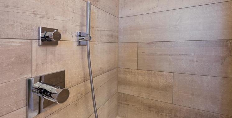 keramisches Holz in duschbereich