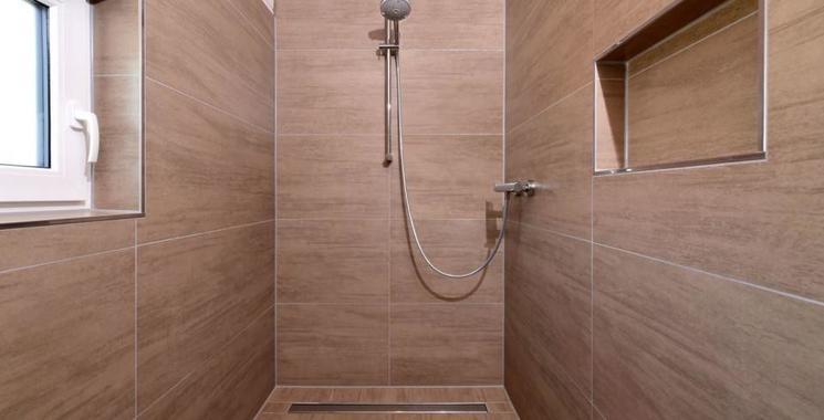 großformatige Fliese  in der begehbaren Dusche