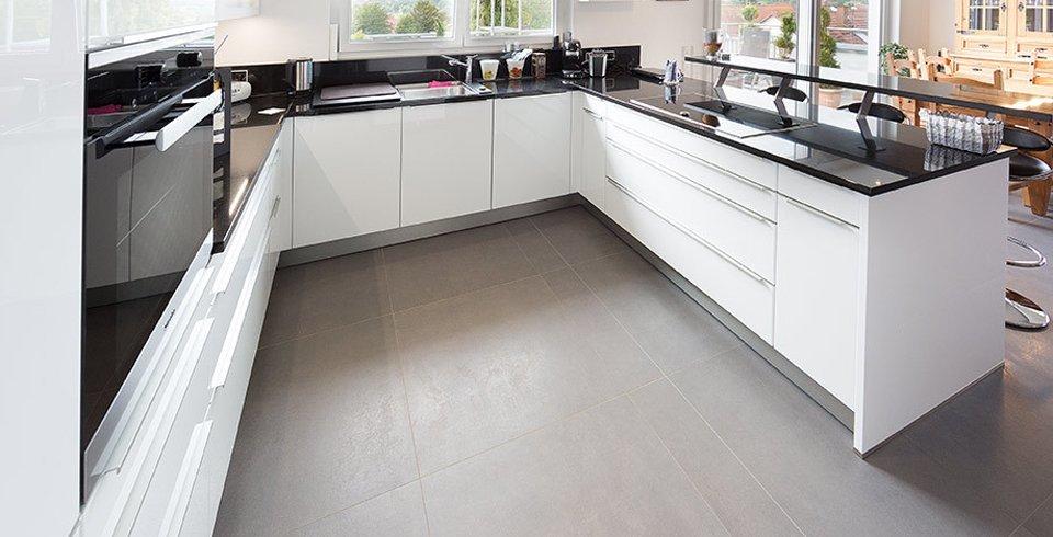 graue fliesen in der küche