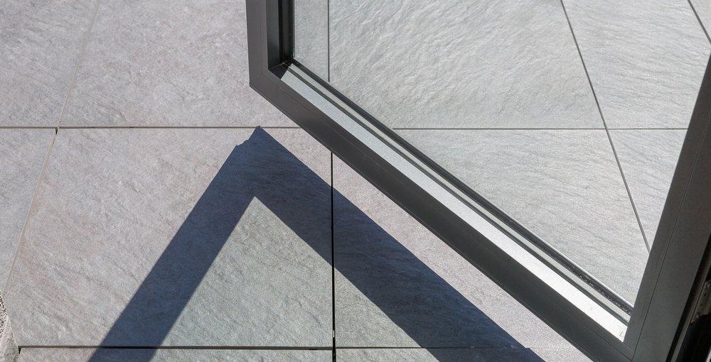 terrassenfliese grau strukturiert