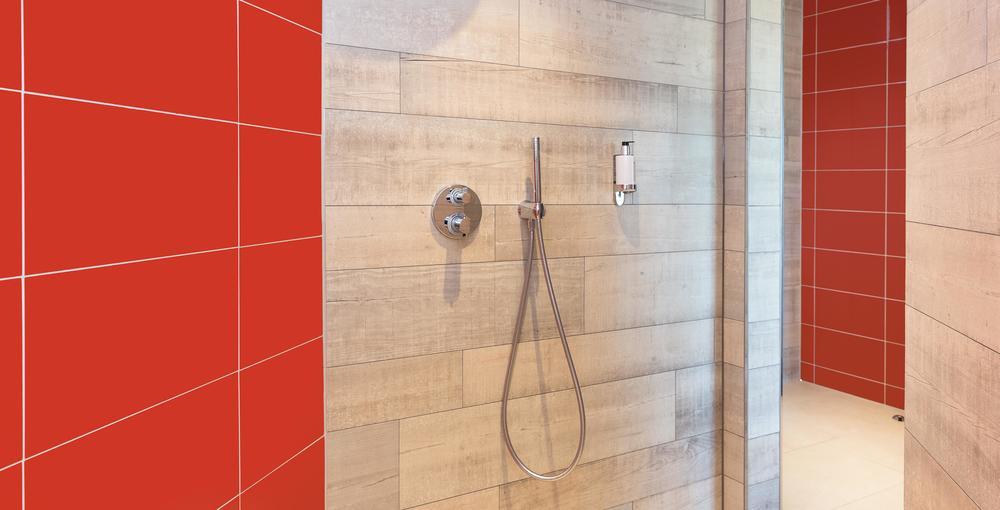 rote fliese in der dusche