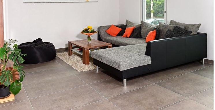 beton-optik-fliesen im wohnzimmer großformat