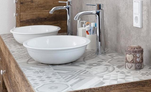 zementoptikfliese auf waschtisch im badezimmer