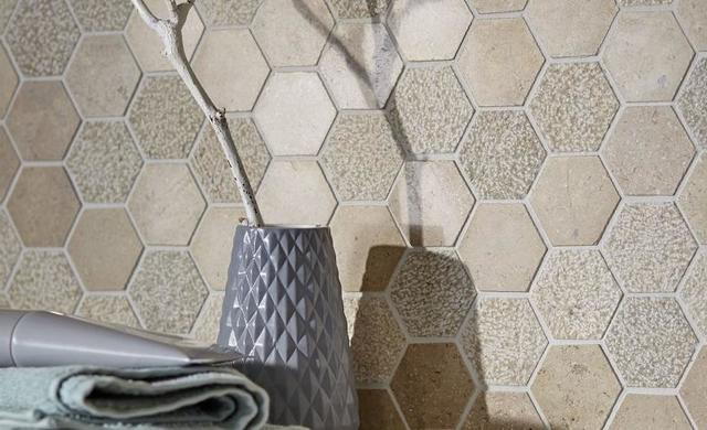 mosaik in wabenform beige