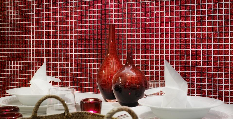 rotes Mosaik an der Wand