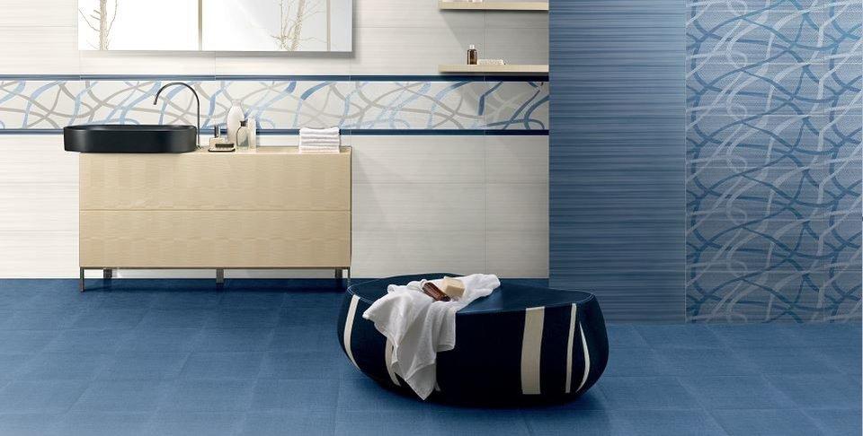 blaue Fliesen im Badezimmer an wand und boden