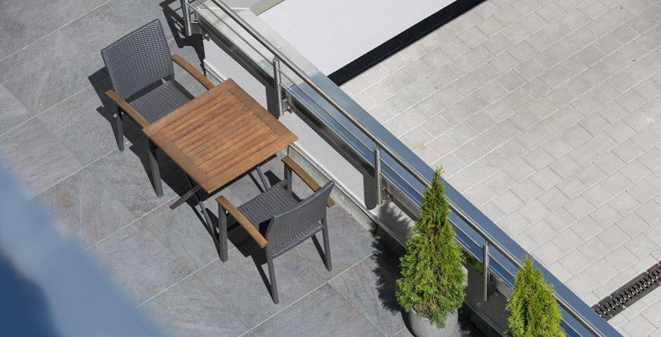 terrassenplatte auf stelzlager verlegt