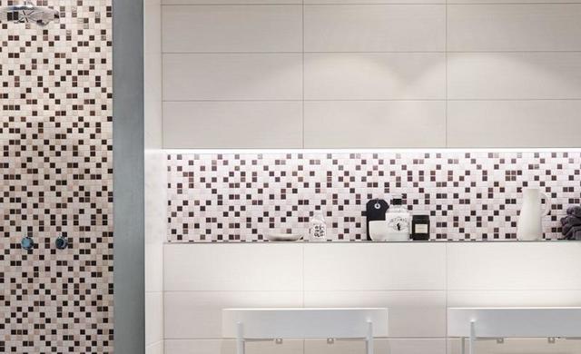helles mosaik mit weißer fliese