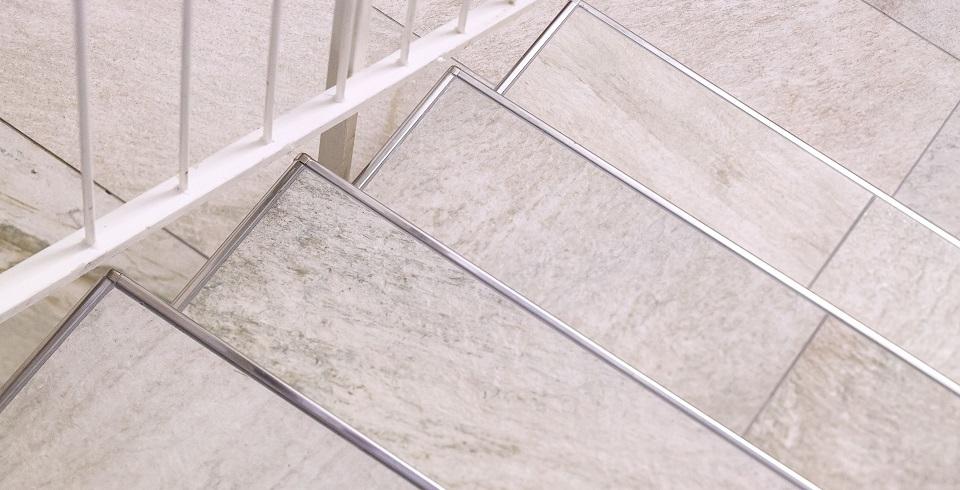 natursteinoptikfliese auf der treppe mit kantenschutz