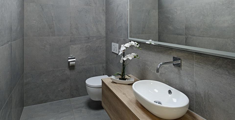 toilette raumhoch gefliest großformat