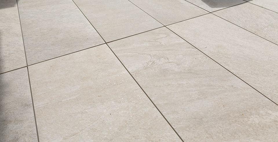 Schicke terrasse aus feinsteinzeug mit strahlender quarzit for Fliesen quarzit optik