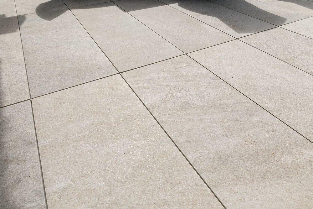 Nahaufnahme der Outdoor Platte Pistoia bei einer Referenz von Kemmler