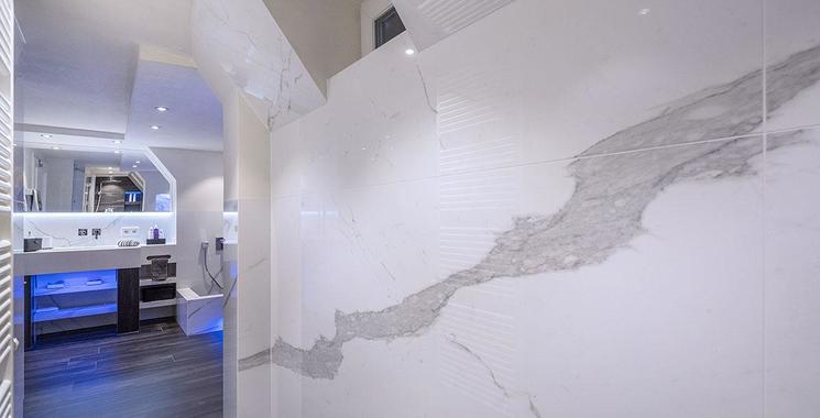XL Fliese in Natursteinoptik an der Wand Traumbad in XL