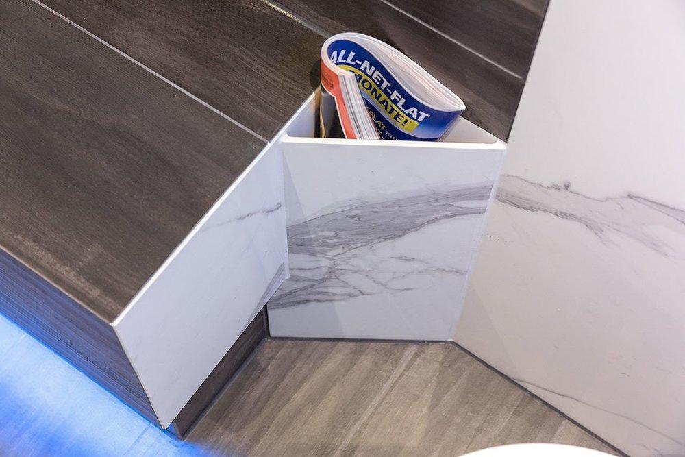 Zeitungshalter in der Toilette mit Fliese Traumbad in XL