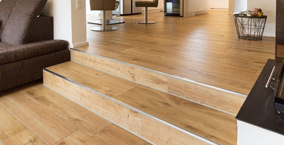 Holzoptik Fliesen Treppen im Wohnzimmer