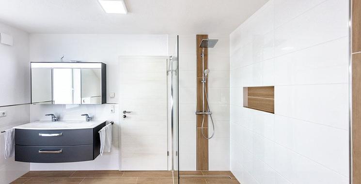 weiße wandfliesen im badezimmer und holzfliesen am boden referenz bajrami