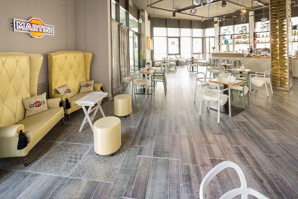 Holzfliesen in Vintage Look in der Victoria Café Princess Bar