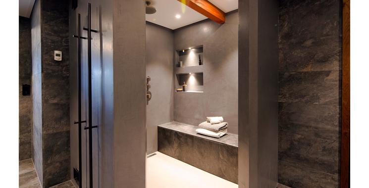 Eine Dusche mit der wedi Top-Serie in Naturstein anthrazit-schwarz