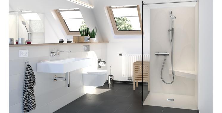 Dusche mit wedi Top-Serie in Naturstein grau in Kombination mit weißen und schwarzen Badezimmerfliesen