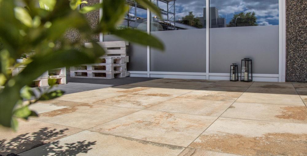 Die Fliese Solanas im Außenbereich auf einer Terrasse verlegt