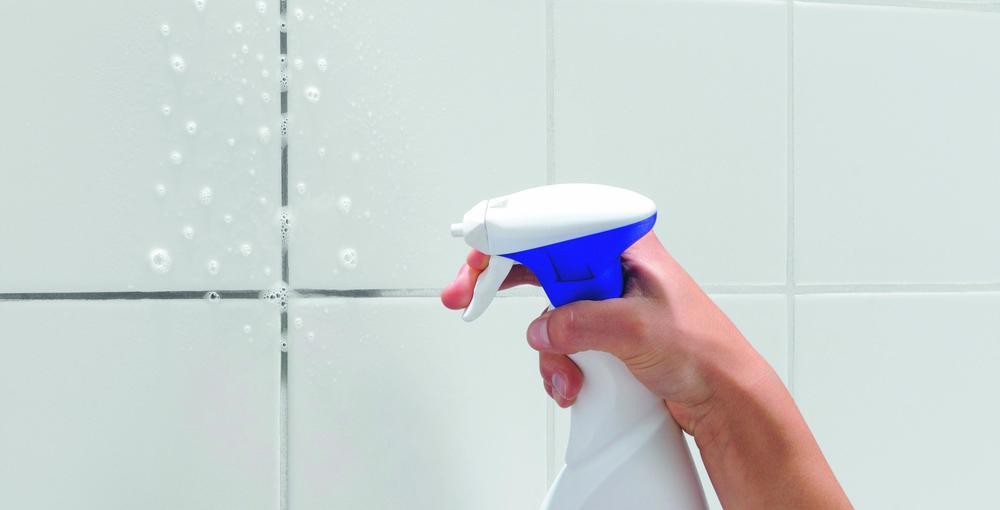 Zur Reinigung wird ein Reinigungsmittel aufgetragen