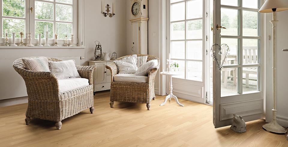 Das Bild zeigt Laminat Boden in einem Zimmer verlegt